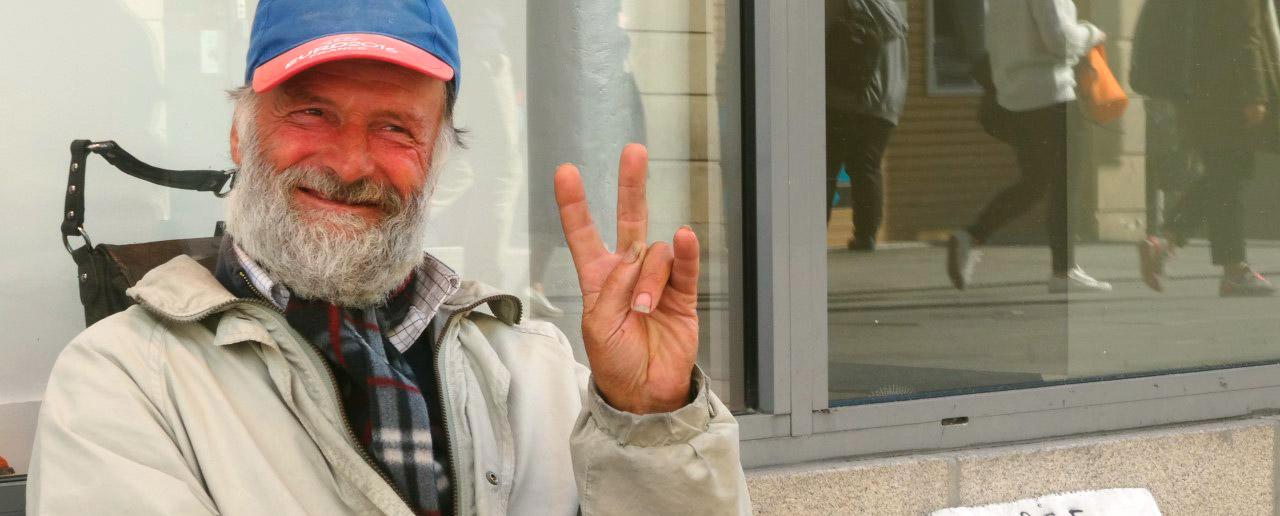 SDF, sans domicile fixe souriant